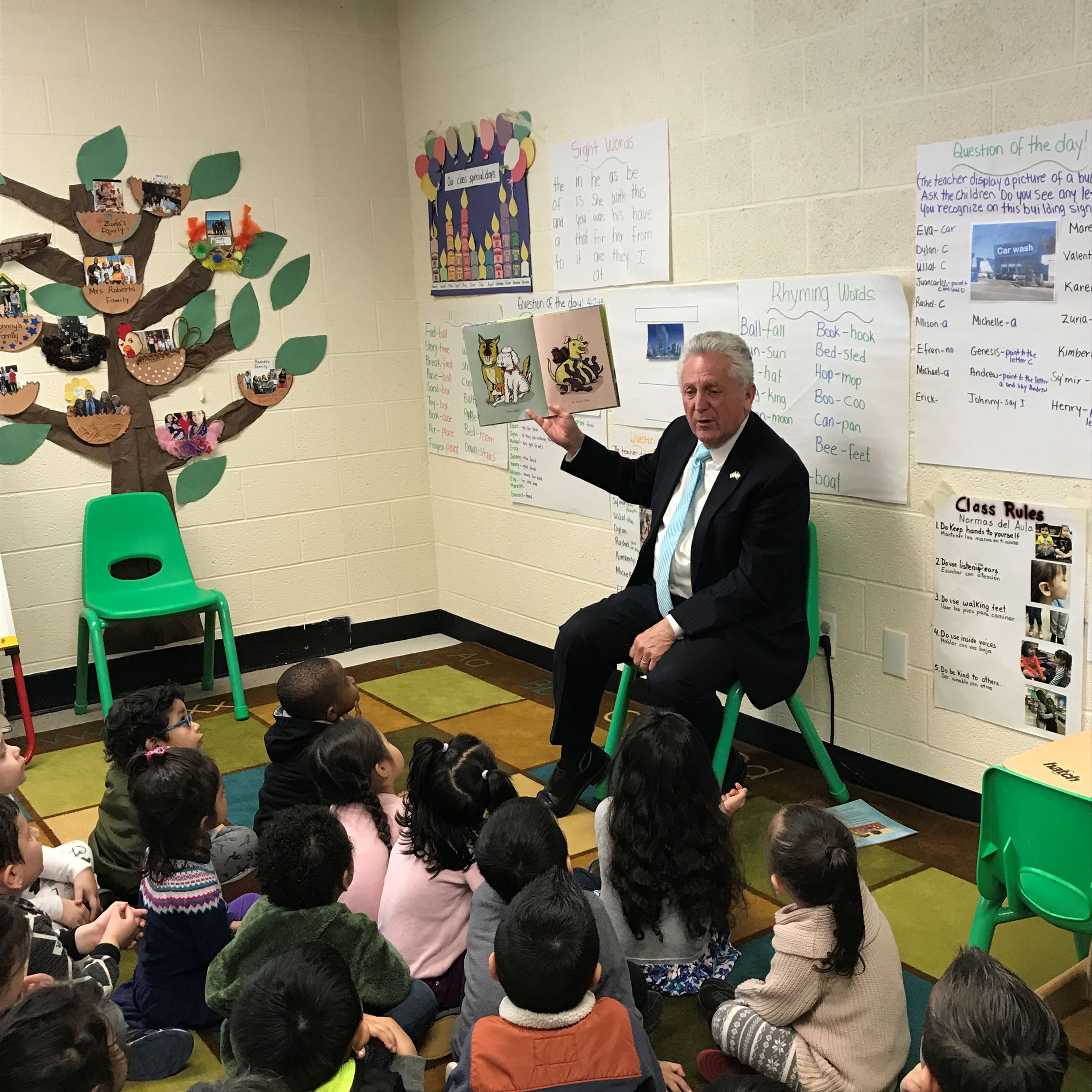 Mayor Rilling reading to children at Ben Franklin School in Norwalk